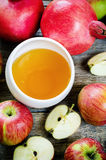 Äpplen, honung och granatäpplen, traditionell mat för det judiskt Fotografering för Bildbyråer