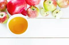 Äpplen, honung och granatäpplen, traditionell mat för det judiskt Royaltyfri Fotografi