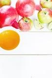 Äpplen, honung och granatäpplen, traditionell mat för det judiskt Royaltyfria Foton