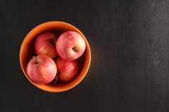 Äpplen i en bunke royaltyfri fotografi