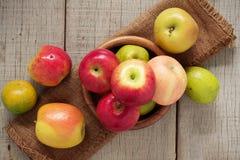 Äpplen i en bunke på trä Royaltyfria Foton