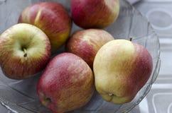 Äpplen i en glass platta Fotografering för Bildbyråer