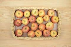 Äpplen i en korg Royaltyfri Fotografi