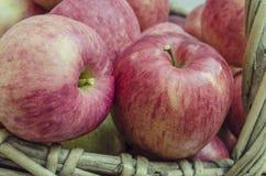 Äpplen i en korg Arkivfoton