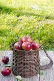 Äpplen i en korg på en trätabell royaltyfri foto