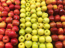 Äpplen i en livsmedelsbutik Arkivfoto