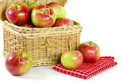 Äpplen i en picknickkorg Fotografering för Bildbyråer