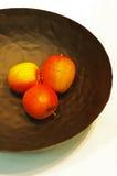 Äpplen i en plätera Royaltyfri Foto