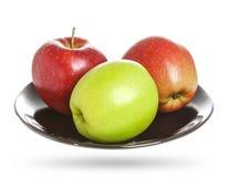 Äpplen i en platta som isoleras på vit Royaltyfri Bild
