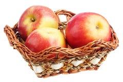 Äpplen i en vide- maträtt Royaltyfria Foton