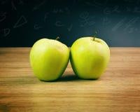 Äpplen i klassrum Royaltyfri Bild
