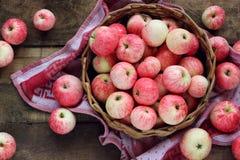 Äpplen i korgen, sikt från över Arkivfoton
