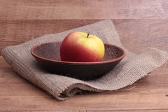 Äpplen i leraplattan Royaltyfri Fotografi