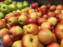 Äpplen i marknaden Röd gul äpplenärbild Turkiska mogna äpplen Arkivbild