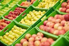 Äpplen i plast- askar Royaltyfri Foto