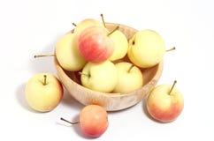 Äpplen i träkopp tre ut Royaltyfri Bild