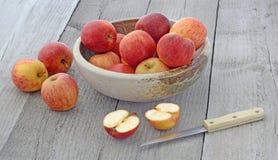 Äpplen i vas på trätabellen Royaltyfri Fotografi