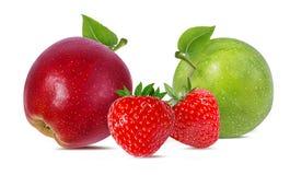 äpplen isolerade vita jordgubbar Royaltyfri Foto