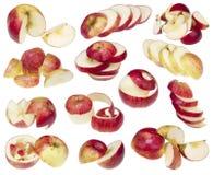 Äpplen klipps på isolerade olika idérika stycken Arkivfoton