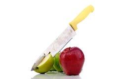 äpplen klippte den nya kniven Arkivfoto