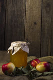 Äpplen med en krus av honung Arkivfoton
