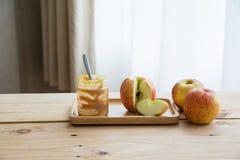Äpplen med jordnötsmör royaltyfria foton