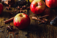 Äpplen med julkryddor Arkivfoton