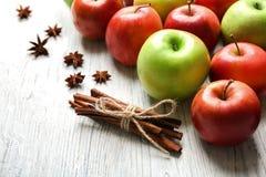 Äpplen med kanelbruna pinnar Arkivbilder