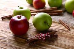 Äpplen med kanelbruna pinnar Arkivfoton