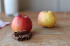 Äpplen med kanelbruna pinnar Royaltyfri Bild