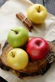Äpplen med kniven och kanelbruna vattendroppar på trätabellen för hantverkpapperssvart, tillbaka ljus Royaltyfria Foton