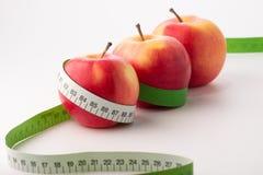 Äpplen med måttbandet Arkivfoton