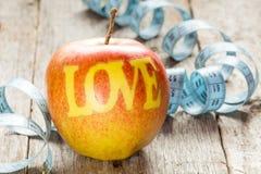 Äpplen med ordet FÖRÄLSKELSE Royaltyfri Fotografi