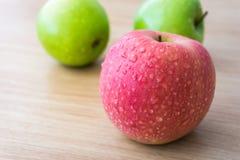 Äpplen med vattendroppar Arkivfoton