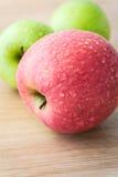 Äpplen med vattendroppar Royaltyfria Bilder