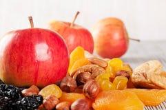 Äpplen, muttrar och torkade frukter Royaltyfria Bilder