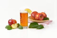 Äpplen och äppelmust Arkivfoton