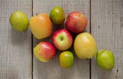 Äpplen och annat på trä Royaltyfria Bilder