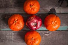 Äpplen och apelsiner Arkivfoton