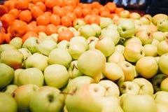 Äpplen och apelsiner på marknaden Royaltyfri Bild
