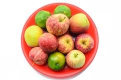 Äpplen och apelsiner på pannan Arkivbild