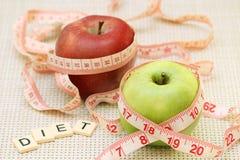 Äpplen och böjlig linjal som ett begrepp av banta och viktkontroll royaltyfri foto
