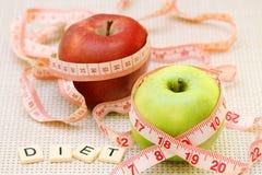 Äpplen och böjlig linjal som ett begrepp av banta och viktkontroll arkivfoton