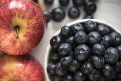 Äpplen och blåbär Arkivfoton
