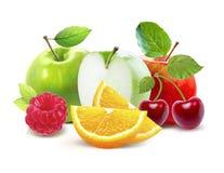 Äpplen och cirtus, körsbär, hallon som isoleras med den snabba banan Royaltyfria Bilder