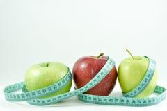 Äpplen och cmband Arkivbilder