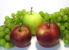 Äpplen och druvor - skönhet och fördel, smak och hälsa, en outtömlig källa av vitaminer arkivfoton