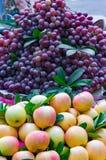 Äpplen och druvor skivad half ananas för bakgrundssnittfrukt Royaltyfri Bild