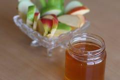 Äpplen och en krus av honung royaltyfria foton