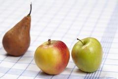 Äpplen och ett päron Arkivfoto